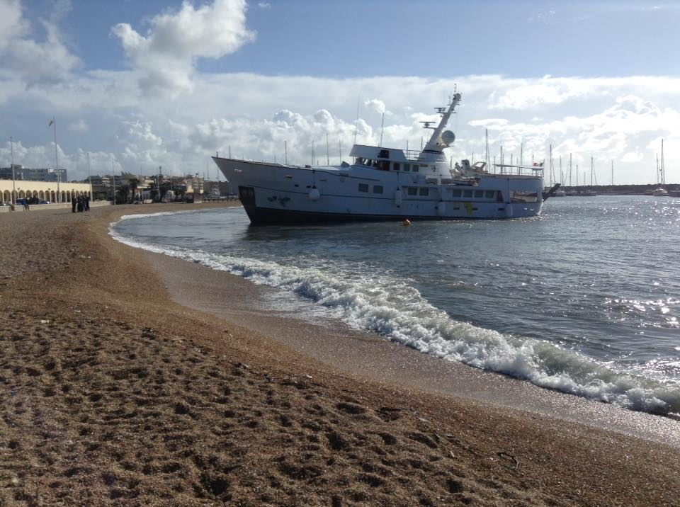 barca spiaggiata Ostia 01