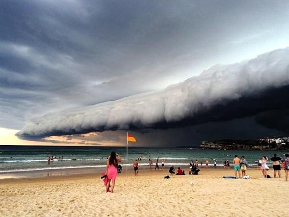 tempesta in arrivo in spiaggia a sydney