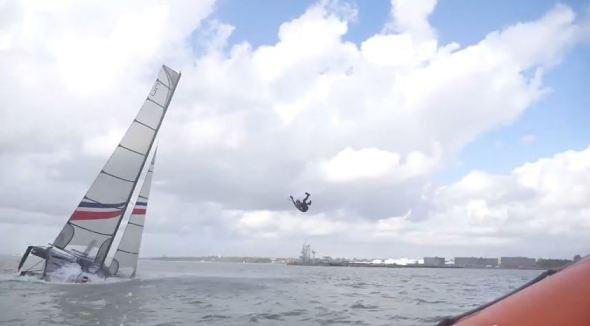 uomo sparato dal catamarano