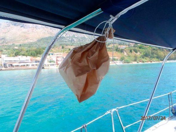 Deterrente per la vespa libera - un sacchetto di carta marrone presumibilmente fa pensare che ci sia già un nido a bordo